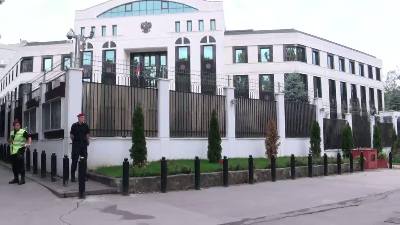 Depunerea de către membrii PSRM a coroanei de flori la Ambasada Federației Ruse de la Chișinău în memoria victimelor accidentului de la metroul din Moscova, 09.15