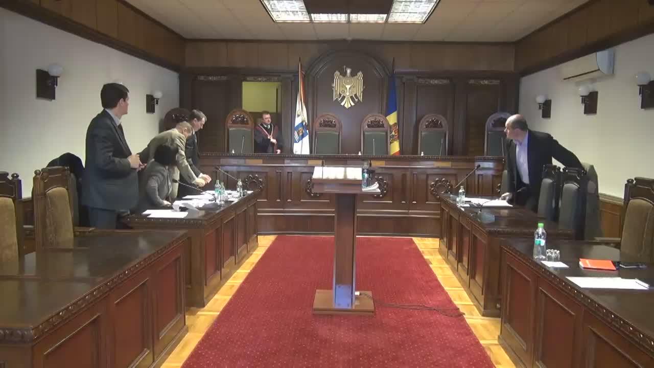 Curtea Constituțională - Pronunțarea hotărârii dacă legea încalcă sau nu Constituția atunci când angajatul este suspendat din funcție, dacă are un dosar penal într-un proces de judecată