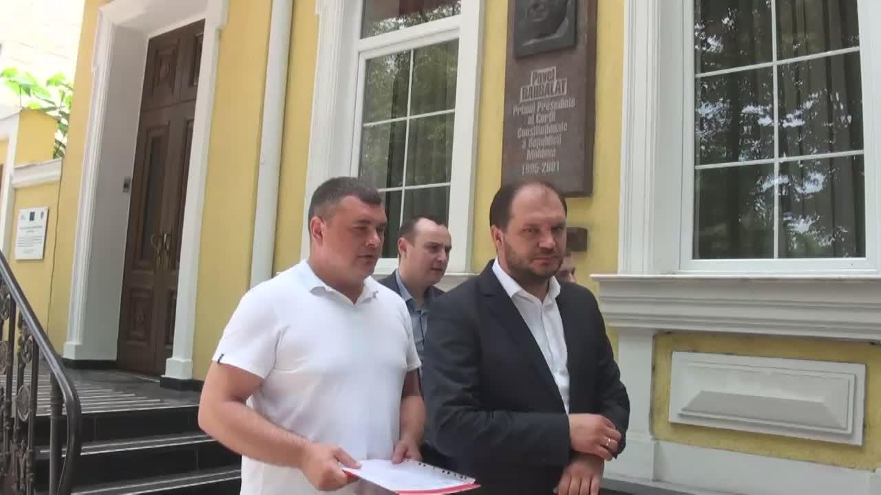 Deputații din fracțiunea PSRM depun o sesizare la Curtea Constituțională privind contestarea Legii cu privire la statutul municipiului Chișinău