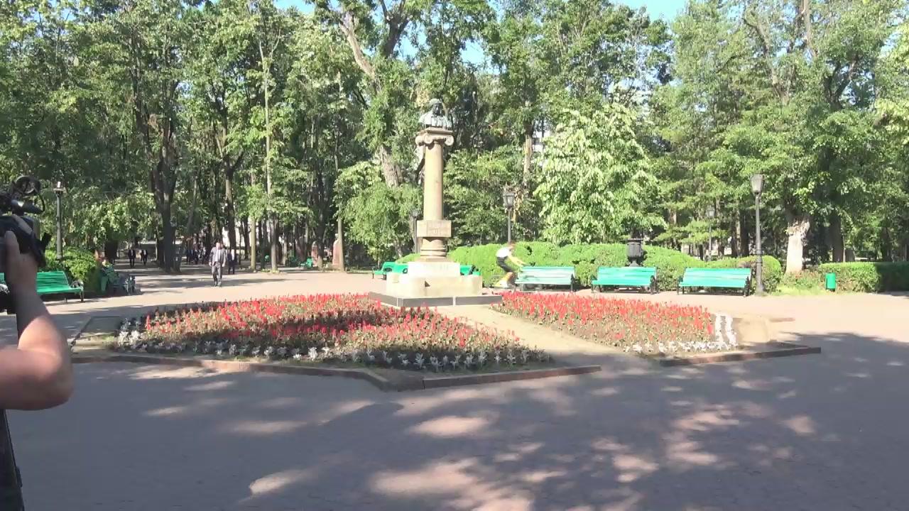 Președintele Republicii Moldova, Igor Dodon, și membrii PSRM depun flori la monumentul lui Alexandr Pușkin cu ocazia omagierii a 218 de la nașterea poetului