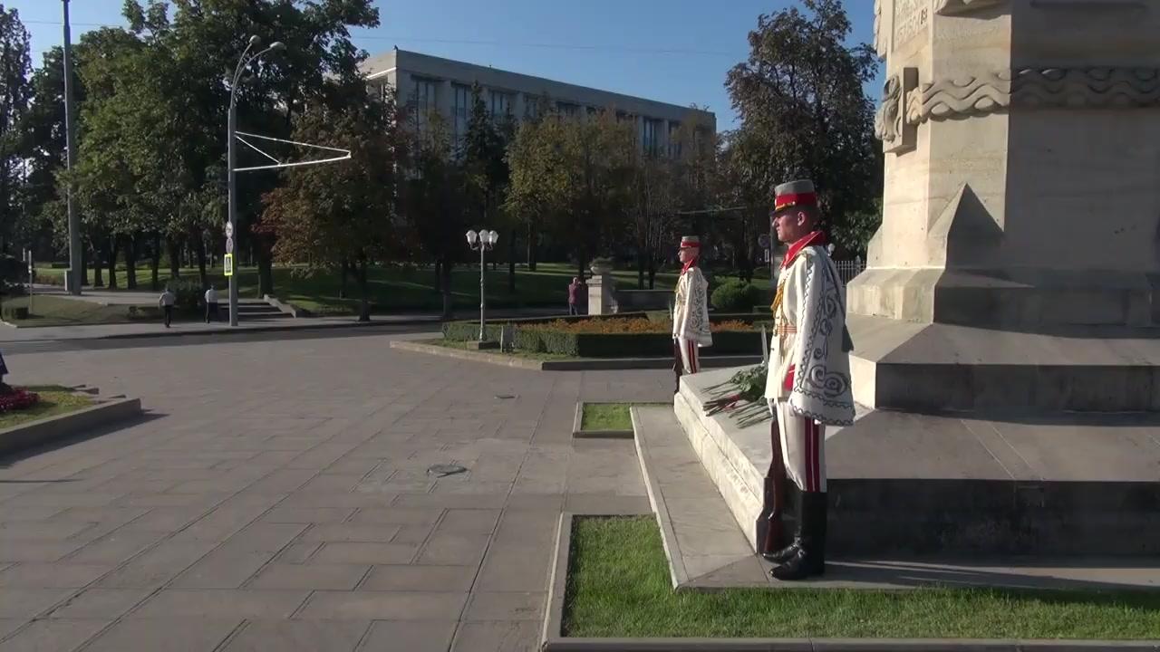 """Ceremonia de depunere de flori la Monumentul lui Ștefan cel Mare și Sfânt și la busturile scriitorilor de pe Aleea Clasicilor cu ocazia sărbătorii """"Limba noastră"""""""
