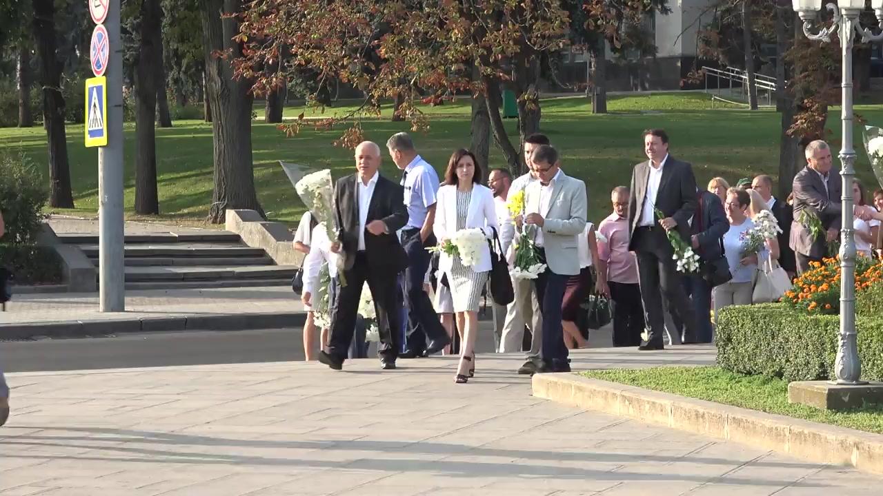 Reprezentații Mișcării de Rezistență Națională ACUM depun flori la Monumentul lui Ștefan cel Mare și Sfânt cu ocazia Zilei Limbii Române