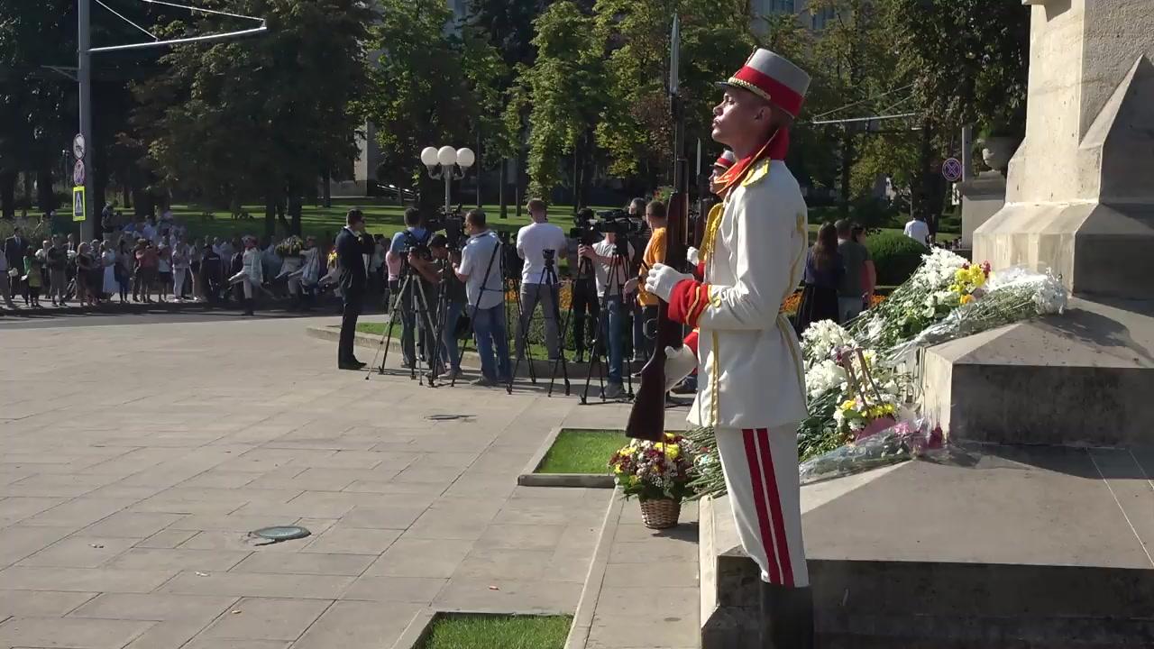 Depunere de flori de către Președintele Republicii Moldova, Igor Dodon, la monumentul Ștefan cel Mare și Sfânt cu prilejul Zilei Independenței Republicii Moldova