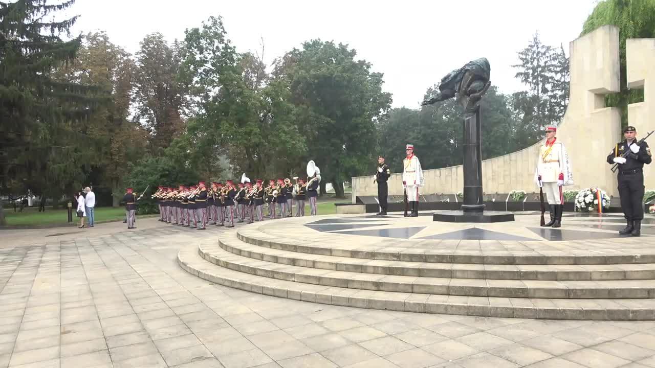 """Depuneri de flori la monumentul """"Maica Îndurerată"""" cu ocazia celei de-a 30-a aniversări a Independenței Republicii Moldova"""