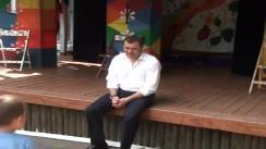 """Spectacol susținut de actorii teatrului """"Licurici"""" în cadrul vizitei de lucru a prim-ministrului, Vlad Filat, în tabăra de odihnă """"Codreanca"""" unde sunt refugiați copii din localitățile inundate din raionul Hâncești"""
