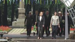 Președintele Republicii Moldova, Nicolae Timofti, depune flori la bustul poetului Mihai Eminescu