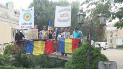 Un grup de internauți protestează în fața Ambasadei SUA