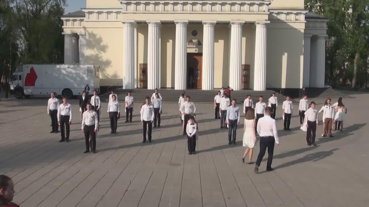 """Flashmob-ul """"Valsul Victoriei"""" dedicat celor 72 de ani de la Victoria în Marele Război pentru Apărarea Patriei"""