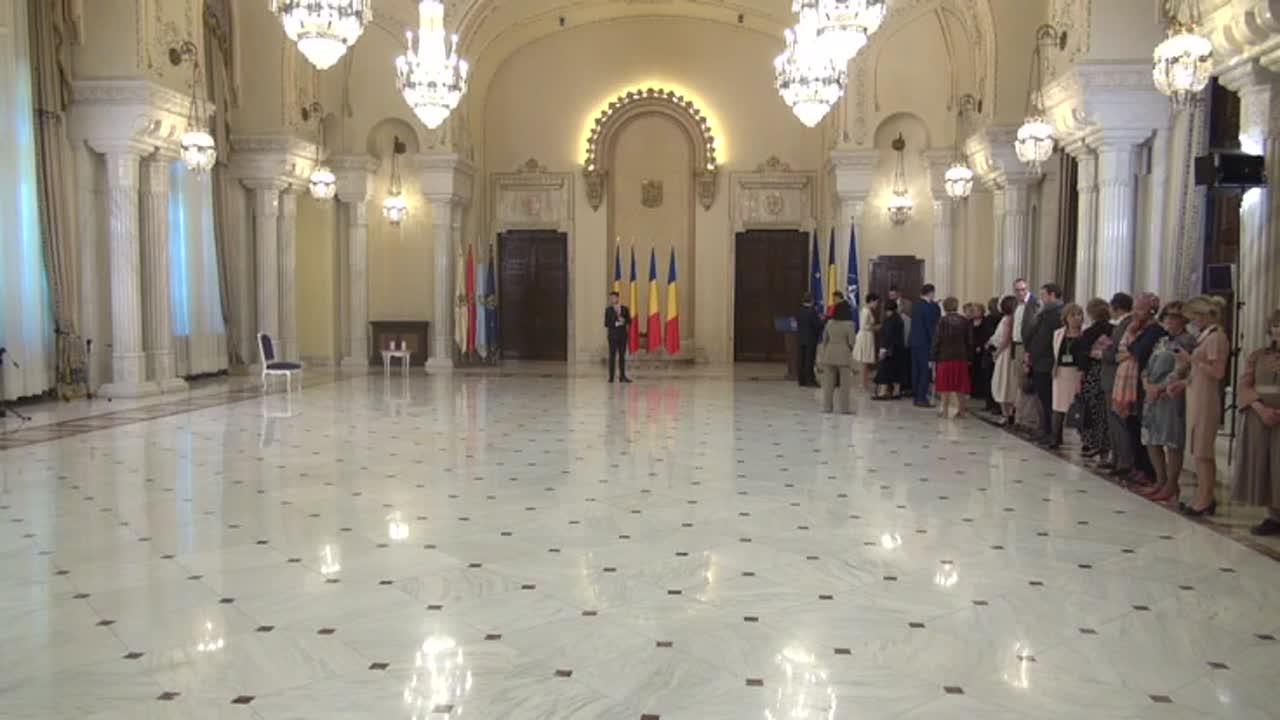 Ceremonia de decorare a doamnei Ileana Vulpescu și a Asociației PEN Club Romania