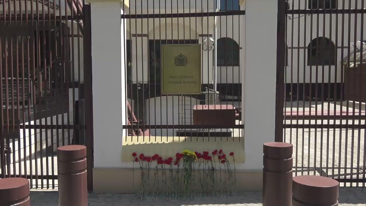 Președintele Republicii Moldova, Igor Dodon, depune flori și semnează în Cartea de Condoleanțe în memoria victimelor atentatului terorist din Manchester