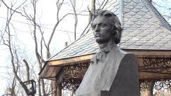 Deputații și membrii Partidului Liberal Democrat din Moldova depun flori la bustul lui Mihai Eminescu, cu prilejul împlinirii a 168 ani de la nașterea poetului