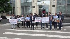 """Flashmob desfășurat de tinerii PAS Youth, cu titlul """"Campania Hârtie și săpun: Astronautul se întoarce. Depunerea semnăturilor"""""""