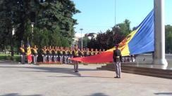 Coborârea în bernă a drapelului de stat din fața Guvernului Republicii Moldova cu ocazia zilei comemorării victimelor deportărilor staliniste