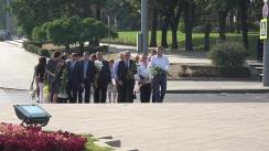 Membrii Partidului Liberal depun flori la Monumentul lui Ștefan cel Mare și Sfânt cu ocazia Zilei Limbii Române