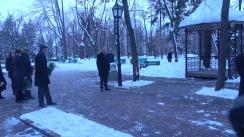 Președintele Republicii Moldova, Igor Dodon, depune flori la bustul marelui poet Mihai Eminescu
