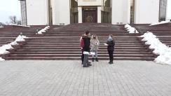 """Flashmob organizat de un grup de tineri în fața Președinției Republicii Moldova cu genericul """"Oamenii buni NU falsifică diplomele"""""""
